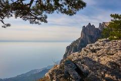 Vista do Mar Negro da montanha crimeana Ai Petri À esquerda é um fragmento do pinho À direita do maciço da rocha plac foto de stock
