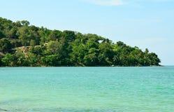 A vista do mar, o céu e as montanhas cobertos de vegetação com a selva tri Trang encalham em Phuket Imagens de Stock Royalty Free