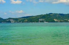 A vista do mar, o céu e as montanhas cobertos de vegetação com a selva tri Trang encalham em Phuket Imagem de Stock Royalty Free
