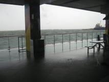 Vista do mar tormentoso do oceanarium, parque do oceano de Manila foto de stock