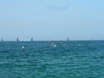 Vista do mar Veleiros, barcos Ativamente tendo um pessoa do resto no mar Fotos de Stock Royalty Free