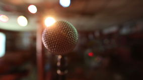 Vista do microfone na fase que enfrenta o auditório vazio Projetores coloridos vídeos de arquivo