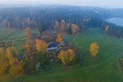 Vista do Mikhaylovskoye na fotografia a?rea da manh? de outubro Pushkinskie cruento, R?ssia fotos de stock
