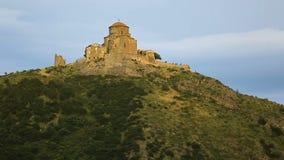 Vista do monastério antigo de Jvari das ruínas em Geórgia, lugares sightseeing, turismo video estoque