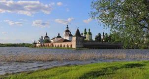 Vista do monastério de Cyril-Belozersky do lado do lago Siverskoye vídeos de arquivo