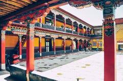 Vista do monastério de Jokhang perto de Lhasa em Tibet central foto de stock royalty free