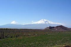 Vista do monastério de Khor Virap no fundo do Monte Ararat em Armênia foto de stock royalty free