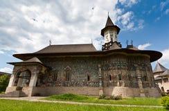 Vista do monastério de Sucevita no verão imagens de stock royalty free