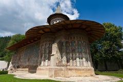 Vista do monastério de Voronet no verão imagens de stock royalty free