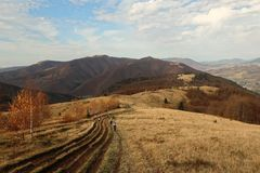 Vista do monte à paisagem da montanha das montanhas Carpathian em um dia ensolarado no outono imagem de stock royalty free