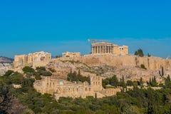 Vista do monte da acrópole e o Odeon de Herodes em Atenas Grécia imagem de stock royalty free