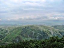 Vista do monte da montanha, o nebuloso e o nevoento em Turda, Transsylvania, Romênia foto de stock