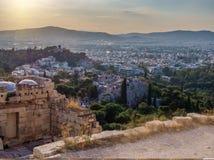 Vista do monte de Atenas e de Areopagus da acrópole em Atenas, Grécia imagens de stock royalty free