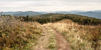 Vista do monte de Jaslo em montanhas de Bieszczady do outono no Polônia com prado da montanha, muitos montes e fuga de caminhada Fotografia de Stock