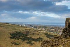Vista do monte do ` s Calton de Edimburgo do assento do ` s de Arthur Fotos de Stock Royalty Free