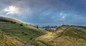 Vista do monte do ` s Calton de Edimburgo do assento do ` s de Arthur Fotos de Stock