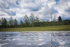 Vista do monte do parque de Zaryadye na igreja Ivan a grandes torre e reflexões de Bell Tempo nebuloso com nuvems tempestuosa sob imagens de stock royalty free
