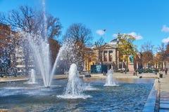 Vista do monumento a Henrik Wergeland em plass Spikersuppa de Eidsvolls perto do teatro nacional em Oslo, Noruega Fotografia de Stock