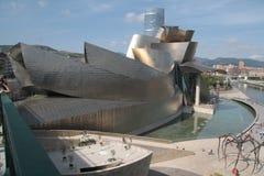 Vista do museu de Bilbao Guggenheim e o ` de Maman do ` da escultura da aranha pelo artista Bourgeois Fotos de Stock