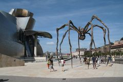 Vista do museu de Bilbao Guggenheim e o ` de Maman do ` da escultura da aranha pelo artista Bourgeois Fotos de Stock Royalty Free