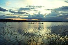 Vista do nascer do sol e das nuvens no céu pelo rio foto de stock