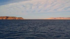 Vista do navio à praia abandonada filme