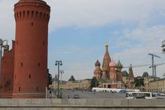 Vista do navio à torre de Beklemishevskaya do Kremlin de Moscou e da catedral da manjericão do St fotografia de stock royalty free