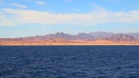 Vista do navio às montanhas da peninsula do Sinai vídeos de arquivo