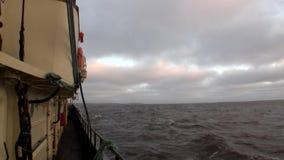 A vista do navio às ondas e a água surgem no oceano ártico na terra nova Vaigach video estoque