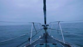 Vista do navio da curva no mar azul e na skyline nebulosa ao navegar filme