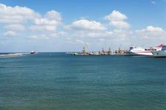 Vista do navio de cruzeiros no porto na ilha da Creta Imagens de Stock Royalty Free