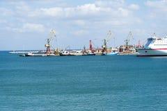 Vista do navio de cruzeiros no porto na ilha da Creta Imagem de Stock Royalty Free