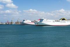Vista do navio de cruzeiros no porto na ilha da Creta Imagem de Stock