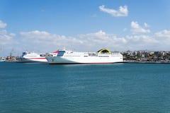 Vista do navio de cruzeiros no porto na ilha da Creta Foto de Stock
