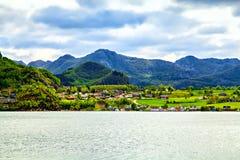 A vista do navio na cidade colorida, Noruega Imagem de Stock