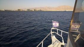 Vista do navio a navegar para a cidade de Eilat vídeos de arquivo