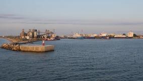 Vista do navio que entra no porto marítimo video estoque