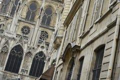 Vista do Notre-Dame de Paris, de uma rua secundária imagem de stock royalty free