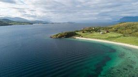 Vista do oceano e de cabanas vermelhas em ilhas de Lofoten, Noruega imagens de stock royalty free