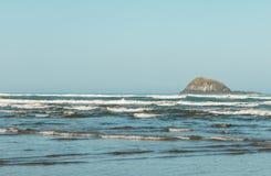 Vista do oceano e do penhasco na praia de Bethells, Te Henga, perto de Auckland, ilha norte, Nova Zelândia foto de stock royalty free
