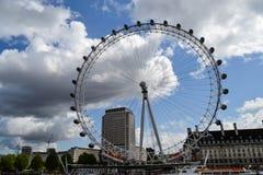 Vista do olho de Londres em temas e em Londres do rio imagens de stock royalty free