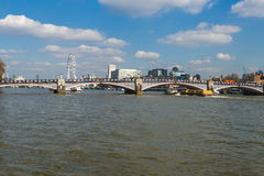 Vista do olho de Londres sobre a ponte de Lambeth através do rio Tamisa Foto de Stock