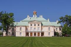 Vista do pátio do palácio grande de Menshikov, Lomonosov, região de Leninegrado fotografia de stock
