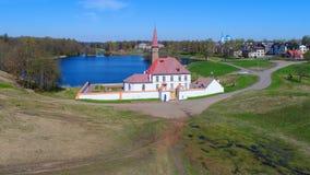 Vista do palácio do convento na tarde ensolarada de maio Gatchina, Rússia fotografia de stock