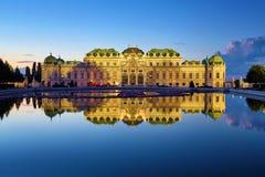 Vista do palácio do Belvedere em Viena após o por do sol, Áustria imagens de stock