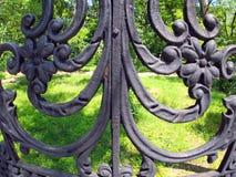 Vista do parque da cidade através de uma cerca da estrutura fotografia de stock royalty free