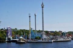 Vista do parque de diversões de Grona Lund através da água imagens de stock royalty free