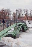 Vista do parque de Tsaritsyno em Moscou Caminhada dos povos na ponte Imagem de Stock