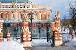 Vista do parque de Tsaritsyno em Moscou no inverno Torres da entrada Imagem de Stock Royalty Free