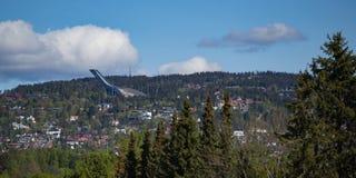Vista do parque de Vigeland para o salto de esqui de Holmenkollen fotografia de stock
